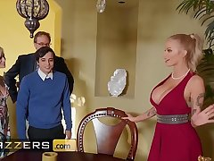 Domineer blonde (Joslyn James) joins hot threesome with (Kiara Cole) - Brazzers
